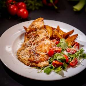 Grilled chicken with parmesan and ruccola salad
