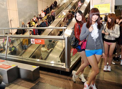 Modèles Taiwanais dans le métro en sous vetements