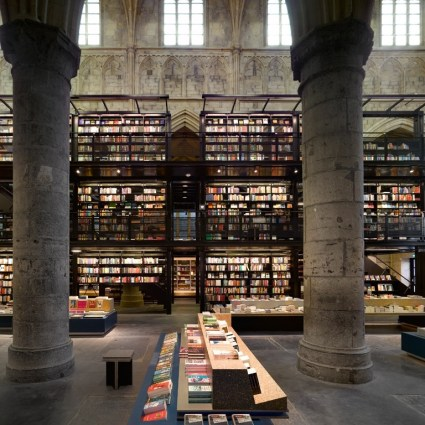 Une église transformée en librairie par Merkx + Girod