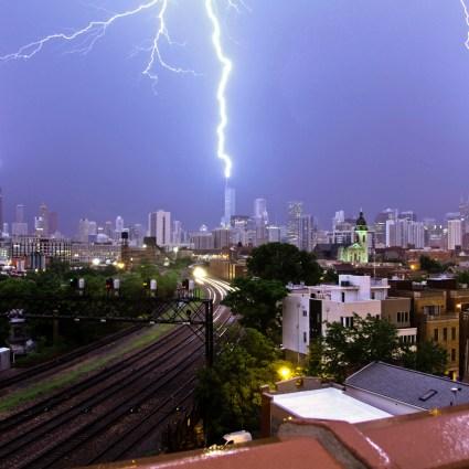 Trois éclairs qui frappent simultanément les trois batiments les plus hauts de Chicago