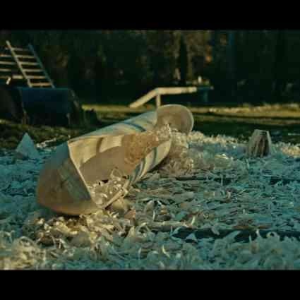 La création d'un canoë par des hommes du Nord