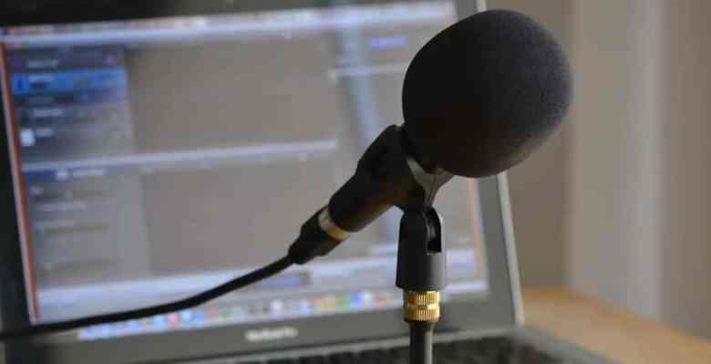 Met een laptop en microfoon kun je mobiel podcasten.