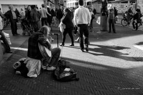 oktober 2013. chuck deely (slide aan de pink) speelt de blues in de grote marktstraat in den haag.
