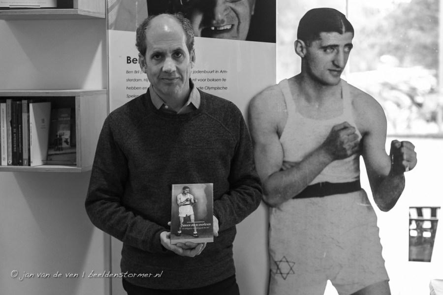 steven rosenfeld, auteur van het boek 'dansen om te overleven', naast het onderwerp van zijn biografie: de bokslegende ben bril