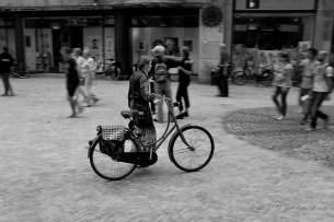 een beeld van eenzaamheid in een drukke stad