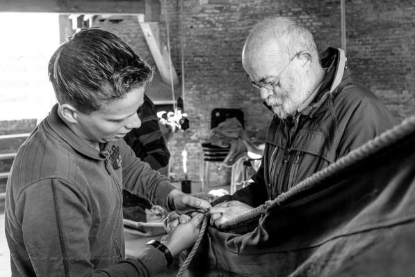 jasper (links) en edward zijn beiden leerling-molenaar en repareren een van de zeilen van de molen