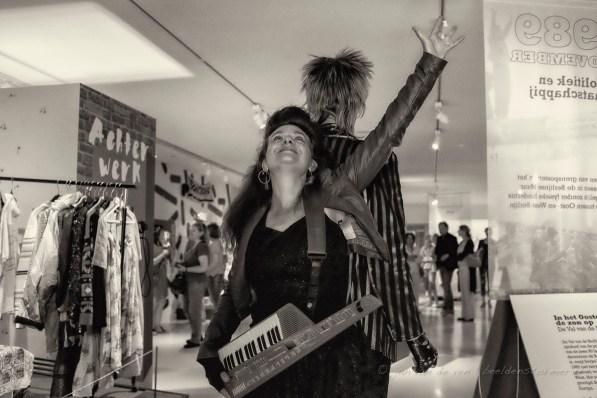 patrick en natasja met hun dansact 'flashback'. zij met een yamaha SHS-10 digital keyboard. ook heeeel erg jaren tachtig en nu heeeel erg passé.