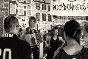 sluit maar aan. patrick en natasja nemen de bezoekers met een swingende dansact mee door de tentoonstelling 'de jaren tachtig, doemdenkers & positivo's' in het noordbrabants museum in den bosch.