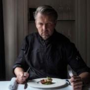 de vughtse topkok john kocken met zijn versie van de philiprak van kamp vught. dezelfde ingrediënten als in 1943, maar net even anders klaargemaakt en opgediend...