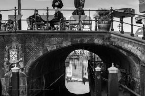 de visbrug met terrasbezoekers die de kou trotseren en een doorkijkje
