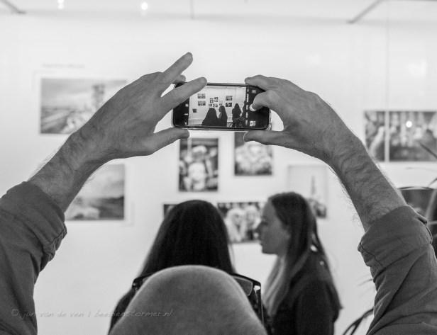 beeld-in-beeld: veel mensen nemen met hun mobieltjes foto's van de inzendingen voor de wedstrijd 'brabant in beeld'