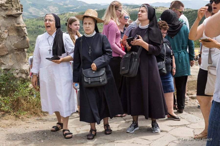 Religieuze bezoekers van het Djvariklooster bij Mtscheta
