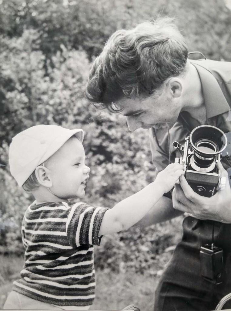 Mijn vader en ik, gefotografeerd door mijn moeder.