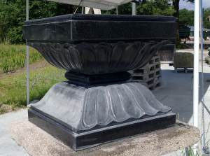 The polishing work on the upper side of a panipitha in black granite1