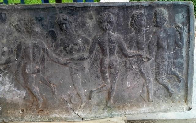 Het beschadigde reliëf voor restauratie (detail)