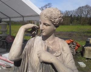nieuwe rechterarm in restauratiemortel voor Artemis