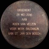 natuursteenpenning 2016,toegekend aan Koen van Velzen beeldhouwer, voor het werk aan een baldakijn in Udelfanger zandsteen, voor de Sint-Janskathedraal in 's-Hertogenbosch