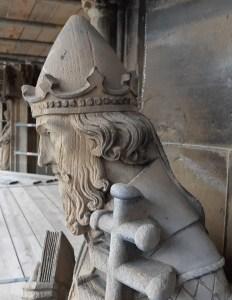 Scheuren in het gezicht van het beeld van Paus Leo