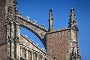 stenen kantbloemen op luchtbogen Eusebiuskerk