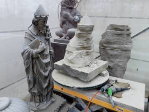 the top- and lower part of the statue of Pope Leo the Great are presawn