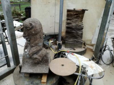 the presawing of flying buttress figurine Bear with honeypot.