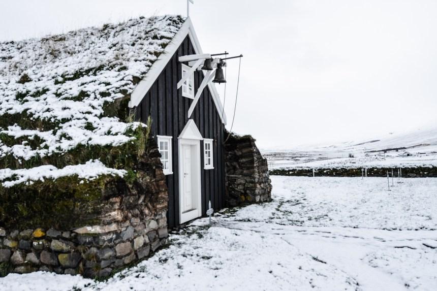 Saurbæjarkirkja Torfkirche Island im Schnee Winter Schneefall Iceland