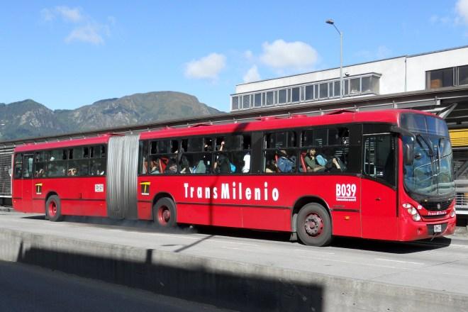 Bus_de_Transmilenio_en_la_estación_Fucha