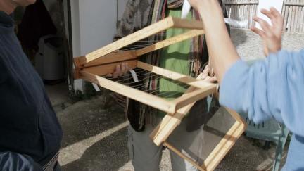 Marco transportador de panales de cera, diseñado por Ángel (fotograma por Alberto Baena)