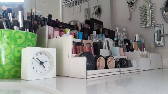 DIY makeup organizer using bathroom tiles.  Before3pm.com