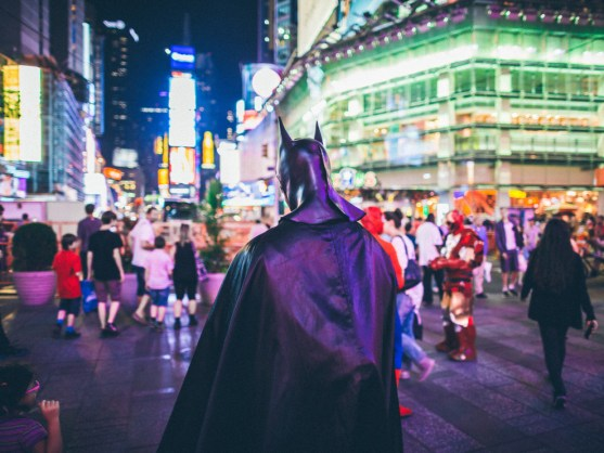 night-new-york-super-hero-batman-time-square_t20_v3x9Kw