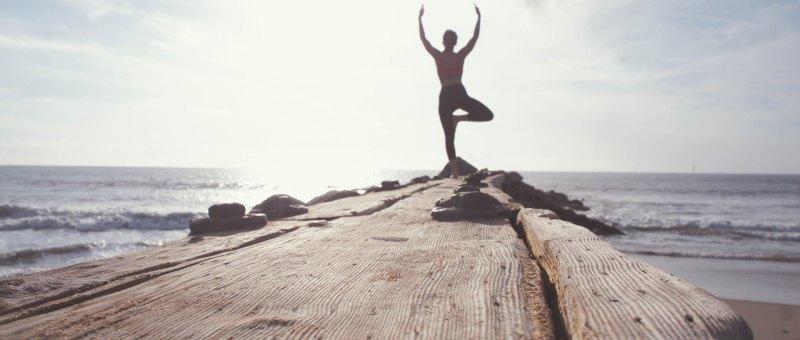 Equilibrio de uma senhora em posicao de ioga