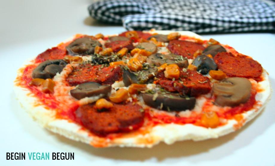 Pizza de chorizo vegano, champiñones y maíz