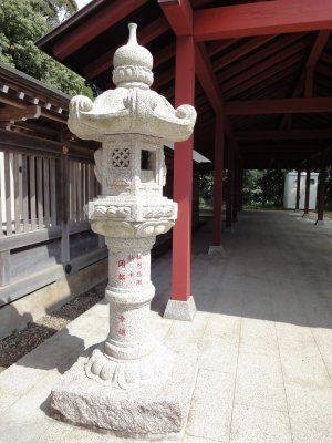 岡部幸雄さんが奉納した灯篭