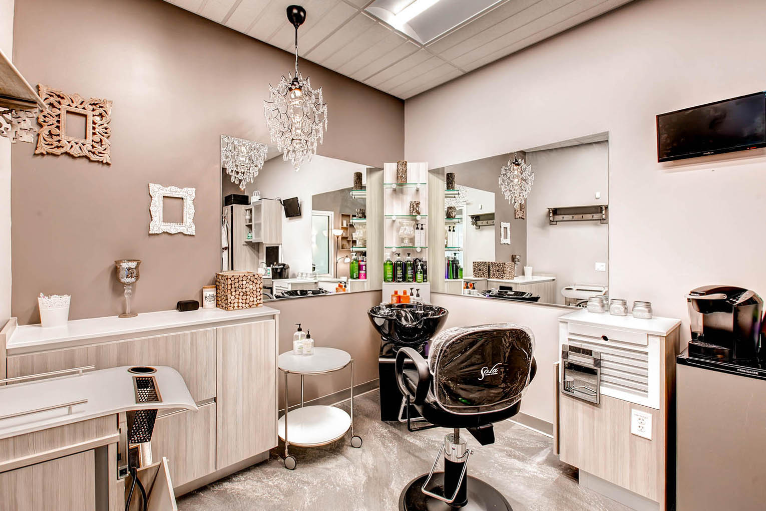 You Are Tres Chic And Sophisticated So Your Salon Studio Needs To Emulate High Class Taste Spent Weeks Antiquing For The Perfect Chandelier