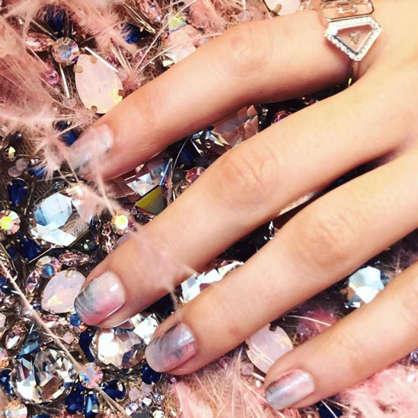 Anna kendrick, Grammys, chrome nails