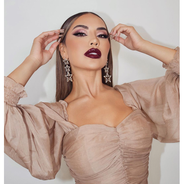 Holiday Makeup Trends 2020 Cat Eyes Red Lip Sparkle Glitter Champagne Eyeshadow Eyes Fuchsia Winter Glow