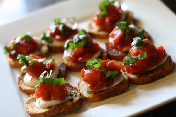 Best canned tomato recipe around! Tomato Bruschetta with Hunts Diced Tomatoes #DinnerDone #shop