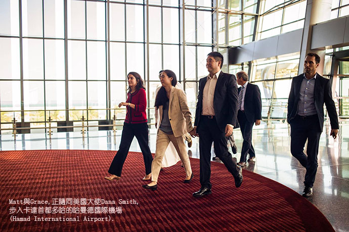 BH73-04-7857-圖4-Matt and Grace walking into Hamad Airport with US Ambassador Dana Smith 宽690