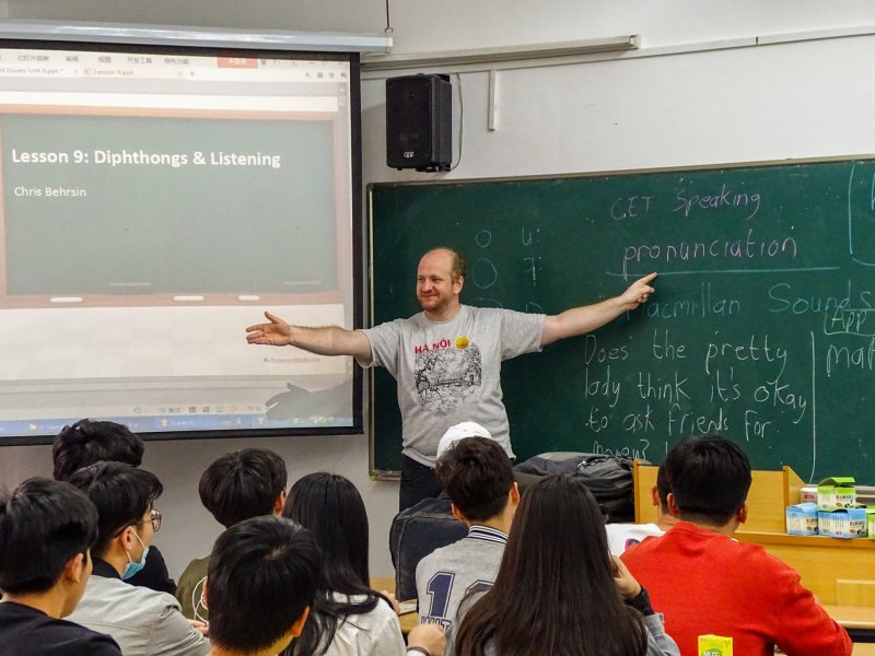 Chris (me) teaching English in front of a class of Chinese students. The subject of the lesson is Dipthongs and Listening.