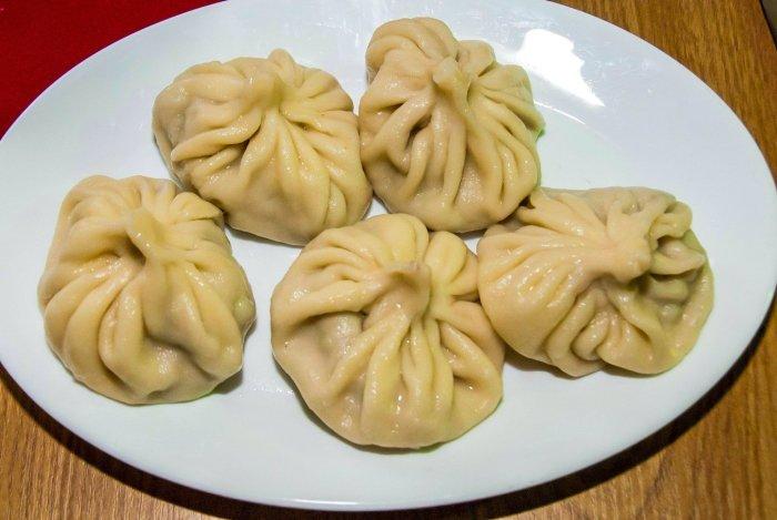 A plate of 5 Georgian dumplings.