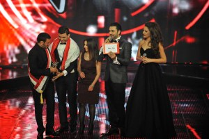 MBC1 & MBC MASR The Voice S2 Finale - Sattar Saad receiving the Trophy (2)
