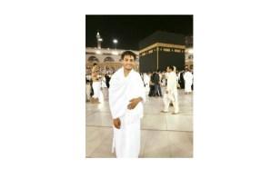 محمد عساف يؤدي مناسك العمرة برفقة والديه