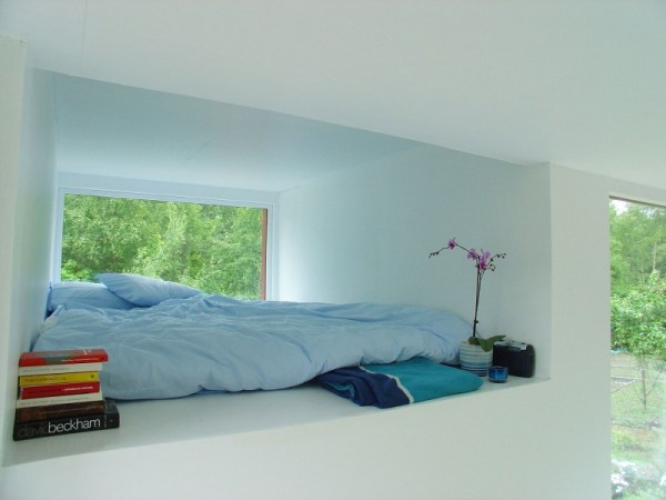 sleeping-area-on-the-wall-with-glass-window