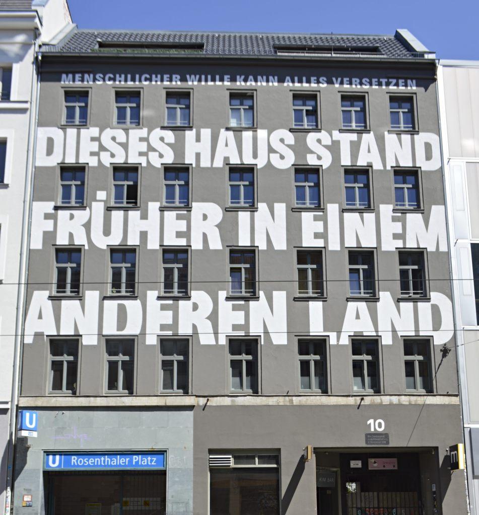 street art postcards from Berlin #18 bekitschig.blog  Dieses Haus stand früher in einem anderen Land Jean-Remy von Matt