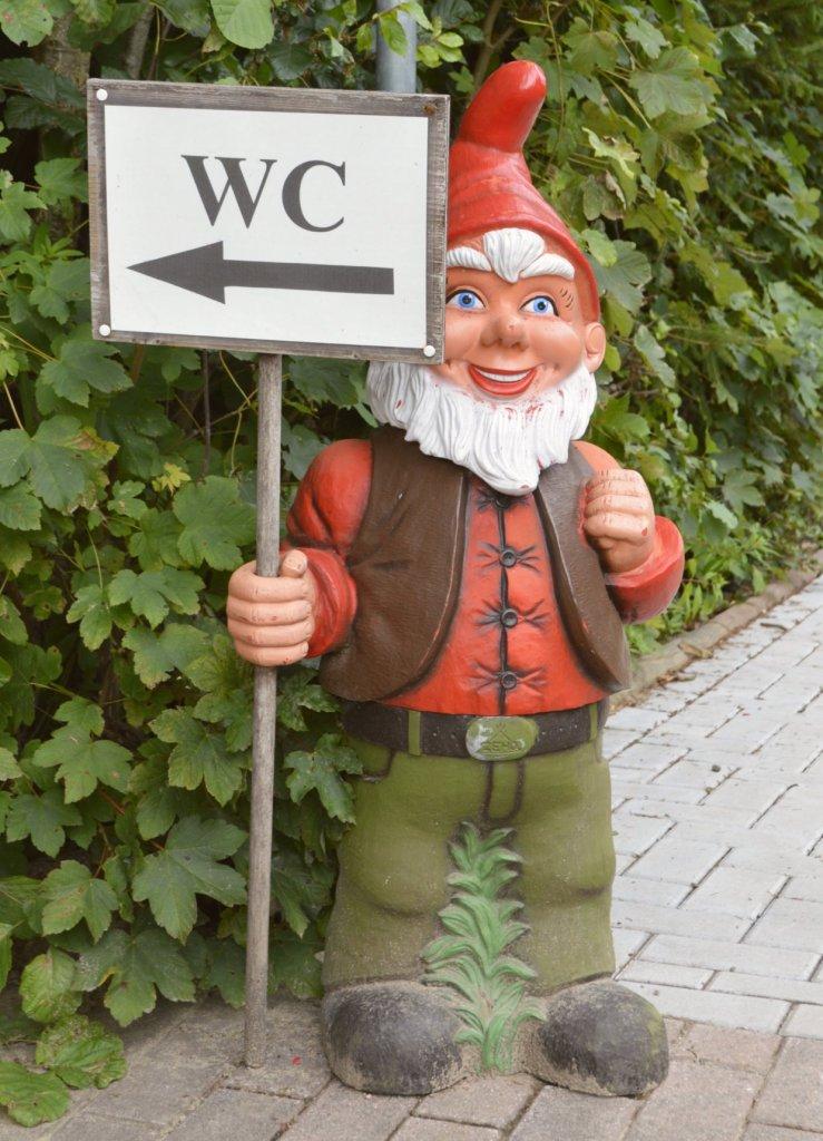 bekitschig.blog travel kitschy Gartenzwerg mit WC Schild