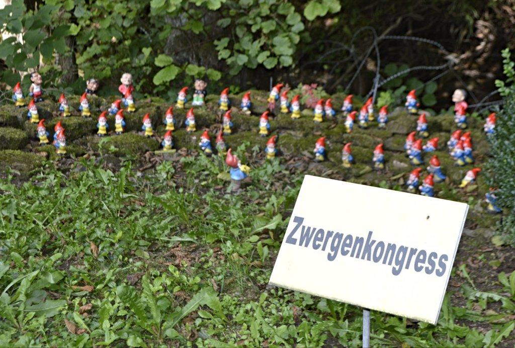 Zwergenkongress mit Gerhard Schröder links hinten - Zwergenpark Thüringen  bekitschig.blog travel kitschy