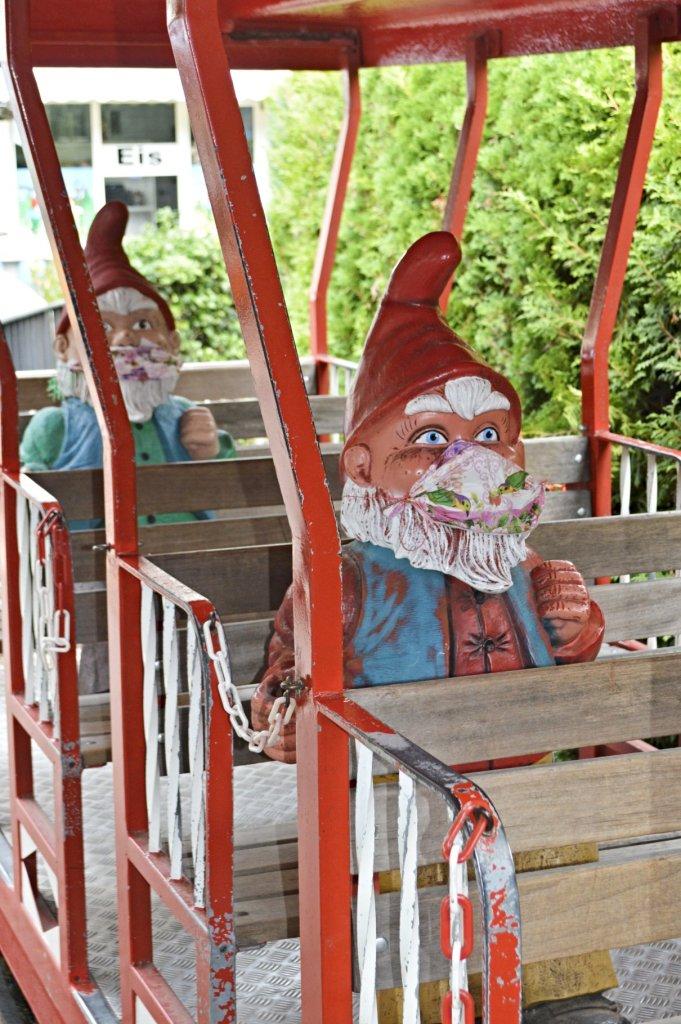 Bimmelbahn im Zwergenland mit Abstand 2020  bekitschig.blog travel kitschy Garden Gnome Park Trusetal