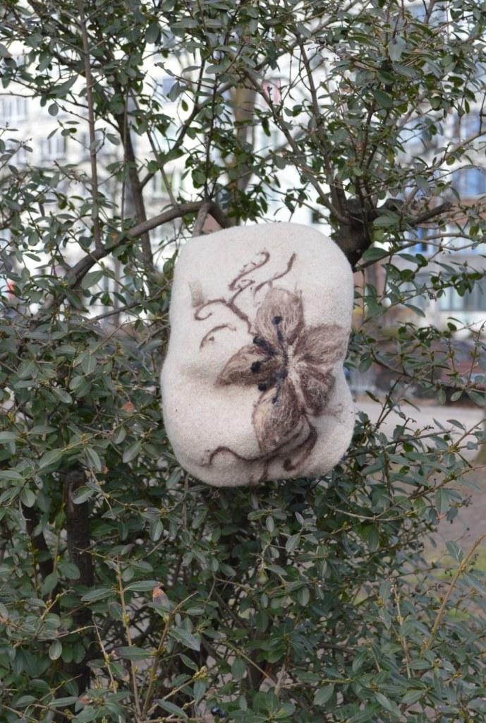 be kitschig blog Berlin  - Mütze im Baum - Well, I think it's a head