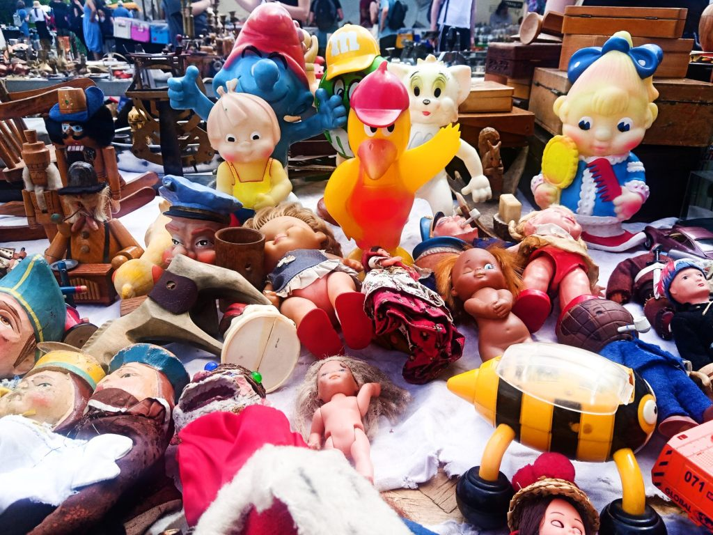 Tisch mit Puppen   Fotos vom Mauerpark Flohmarkt Berlin - bekitschig blog