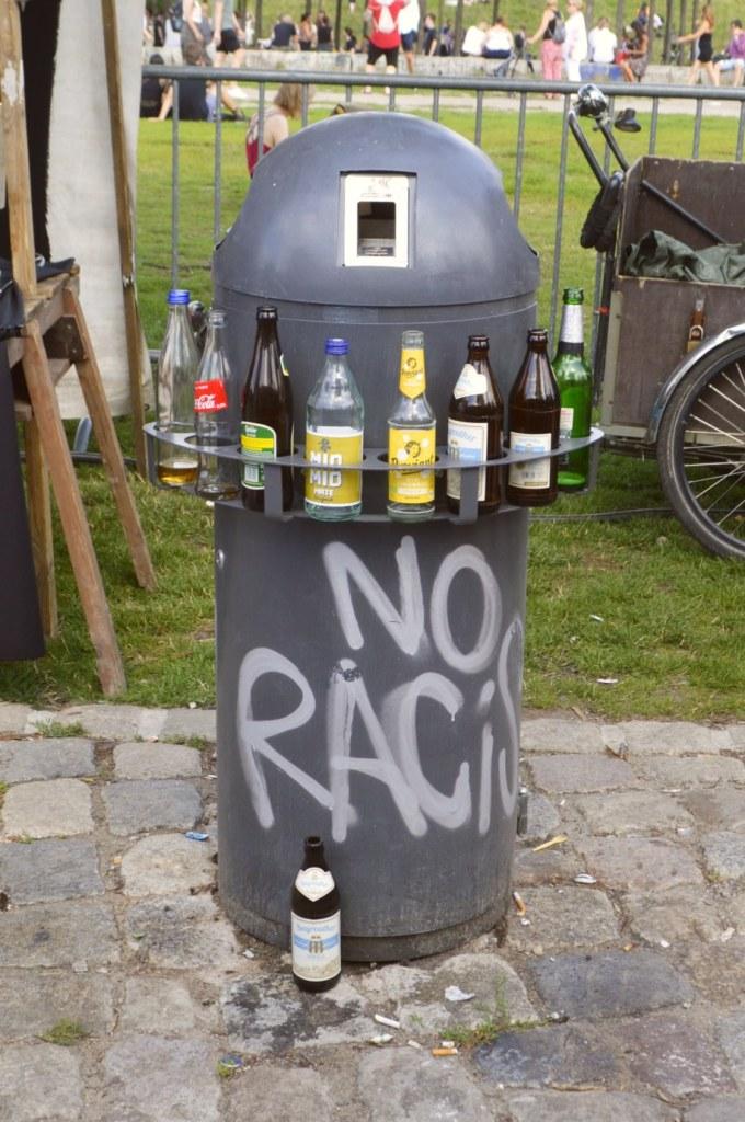 Öffentlicher Mülleimer mit Flaschenhalter - Da hat mal einer nachgedacht!   Fotos vom Mauerpark Flohmarkt Berlin - bekitschig blog